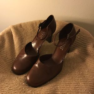Vintage tan shoes size 9 Med.  Great condition!